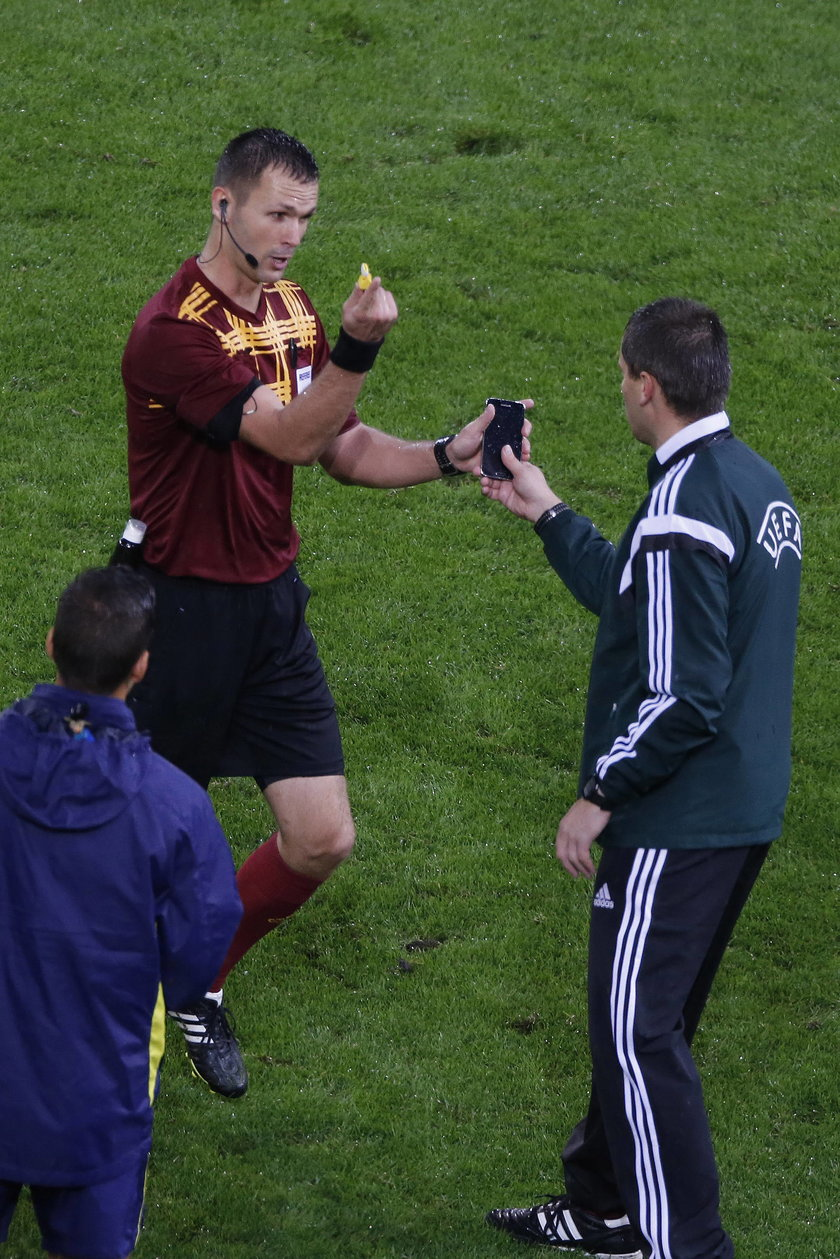 Zaskoczenie na meczu Ligi Europy: Borussia Moenchengladbach - Villarreal, sędzia znalazł telefon na murawie!