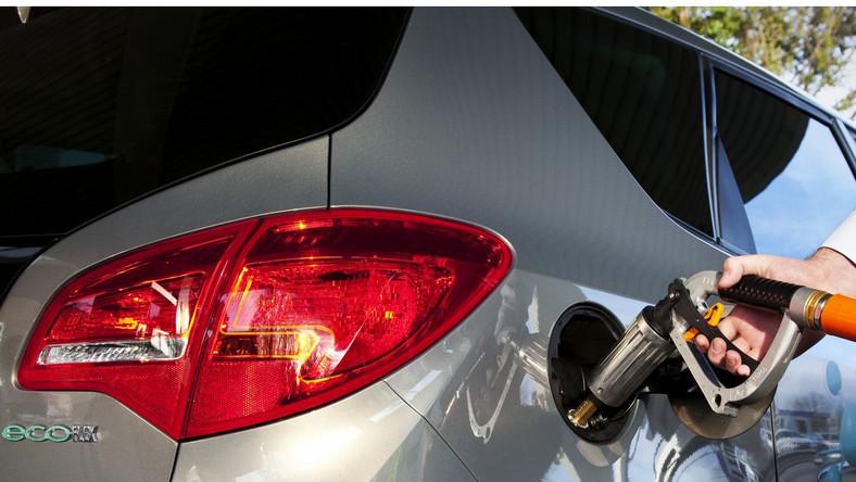 """""""Należy sprawdzić czas eksploatacji poszczególnych komponentów ponieważ np. reduktor po przejechaniu przez pojazd 100 tys. kilometrów, tak jak w przypadku innych części eksploatacyjnych musi być wymieniony na nowy. To samo dotyczy listwy wtryskowej. Oba te elementy w zależności od konstrukcji kosztują ok. 200 zł. Jeśli natomiast instalacja pracuje w pojeździe już blisko 10 lat pamiętajmy, że zgodnie z przepisami konieczna jest wymiana zbiornika na gaz wraz z wielozaworem, a to już koszt nawet 600 zł"""" - radzi w rozmowie z portalem dziennik.pl Piotr Bok, ekspert Motointegrator.pl."""