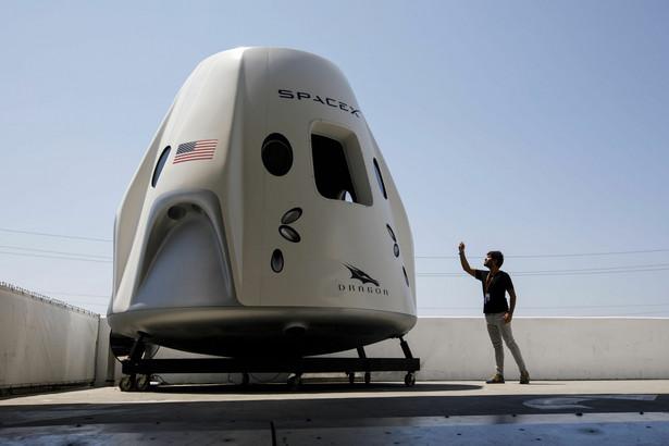 Kapsuła statku kosmicznego Dragon SpaceX w siedzibie Space Exploration Technologies Corp. (SpaceX) w Hawthorne w Kalifornii, USA. 13.08.2018