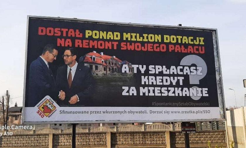 """""""Dostał ponad milion dotacji na remont swojego pałacu. A Ty spłacasz kredyt na mieszkanie?"""" - tak podpisane są plakaty, z wizerunkiem prezesa Orlenu Daniela Obajtka podającego rękę premierowi Morawieckiemu."""