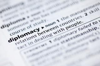 Dyplomacja jest sztuką, ale wymaga też solidnego rzemiosła. Gdy biorą się za nią amatorzy, skutki są fatalne [OPINIA]