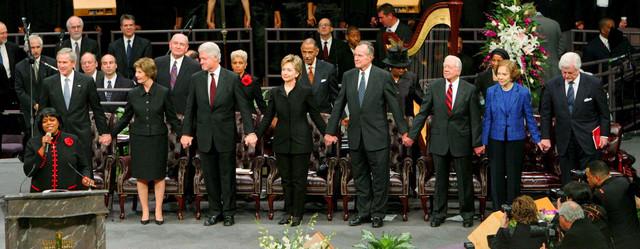 (L-D) Džordž Buš mlađi i Laura, Bil i Hilari Klinton, Džordž Buš stariji, Džimi i Rozlin Karter i Ted Kenedi na ceremoniji u Džordžiji 2006.