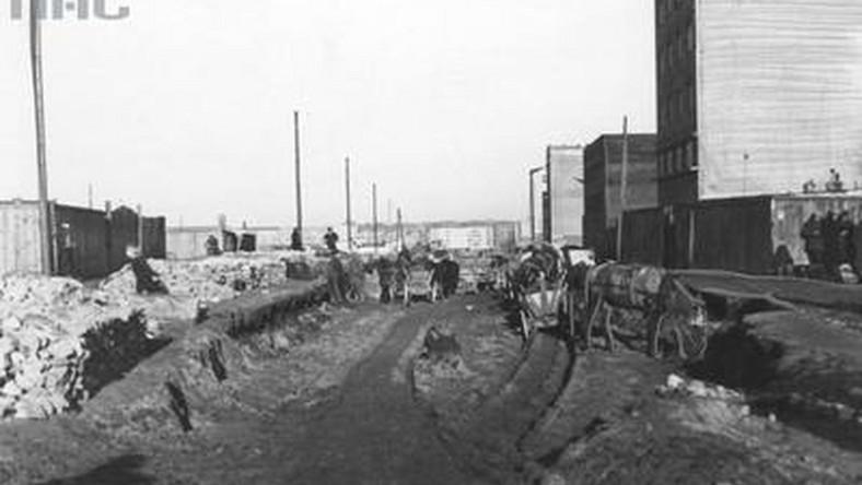 Ale II wojna światowa zatrzymała dynamiczny rozwój Gdyni. Wielu mieszkańców zostało zabitych i zamordowanych przez hitlerowców, inni wysiedleni do obozów koncentracyjnych. W 1945 roku Gdynia liczyła jedynie 74 tys. mieszkańców.