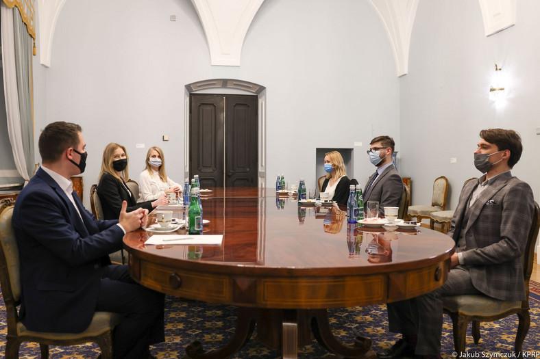 """Zdjęcie z pierwszego spotkania Kingi Dudy w ramach cyklu """"Młodzi ludzie w pałacu"""""""