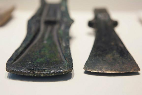 Glave dve sekire iz kasnog bronzanog doba