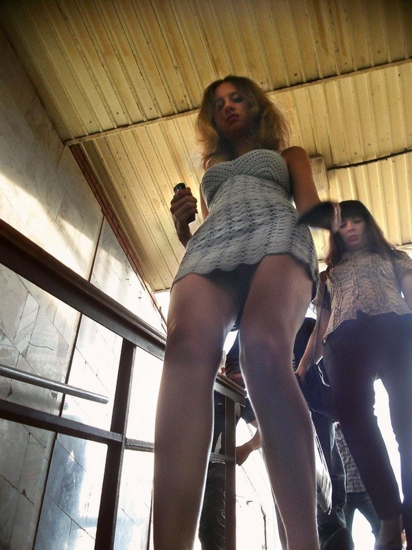 Dziewczyny w krótkich spódnicach