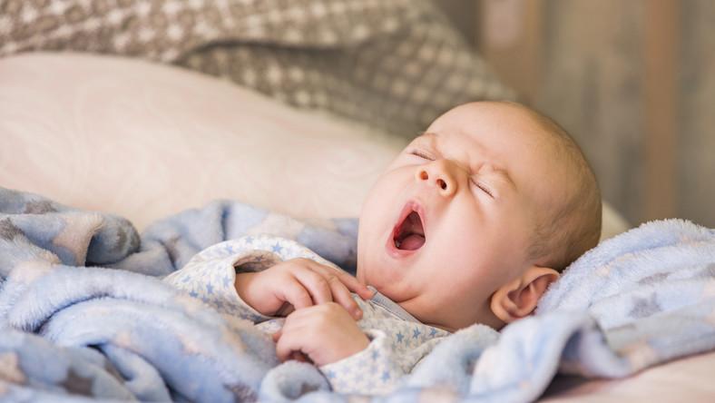 Ziewające niemowlę