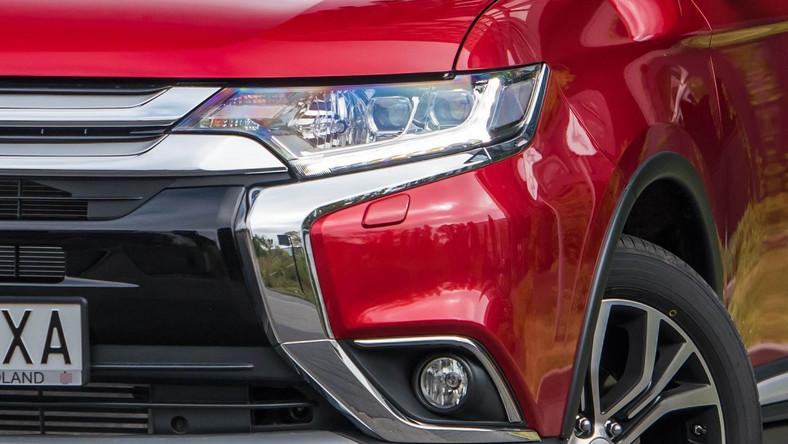 Na polskim rynku oficjalnie debiutuje nowy mitsubishi outlander. Producent ogłosił już cennik - ile wart jest na drodze japoński SUV w nowej odsłonie? Poprzedni model można było podejrzewać o to, że jego poszczególne elementy połączono gumą arabską. Nawet sami przedstawiciele Mitsubishi przyznają, że docierały do nich takie opinie. Dziś inżynierowie są dumni z wprowadzenia ponad 100 zmian w tym aucie.