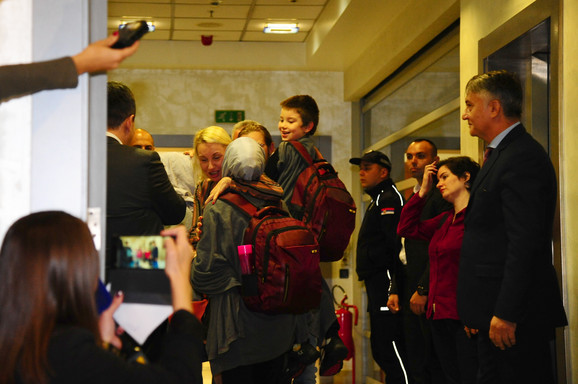 Slavica i njena deca na aerodromu