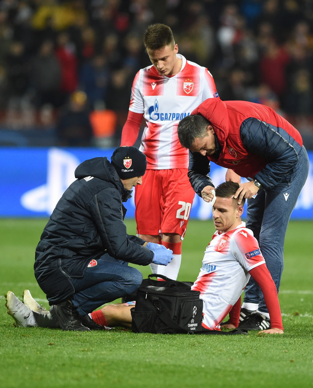 Povređeni Gobeljić na meču FK Crvena zvezda - Bajern Minhen