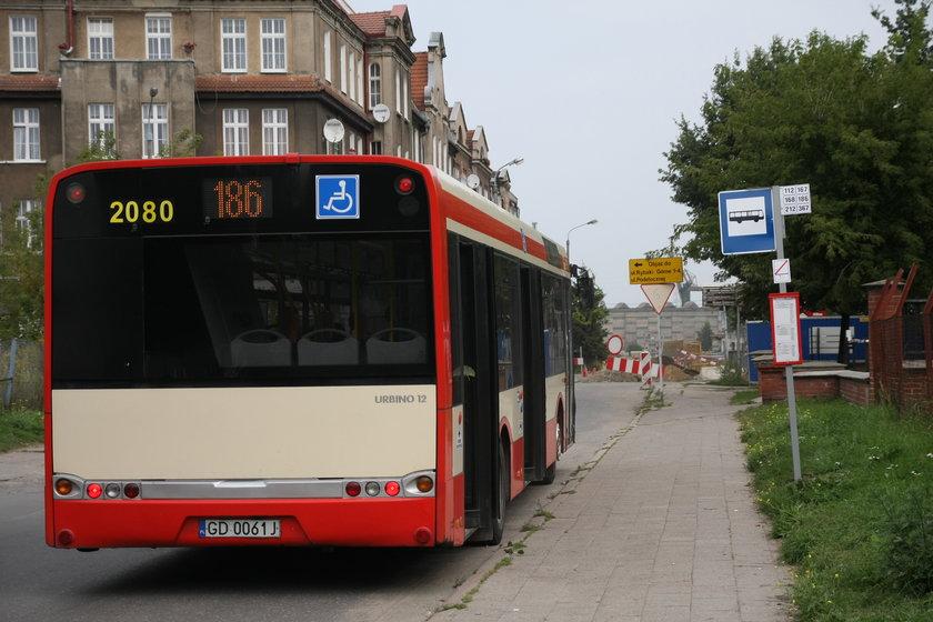 Autobus na przystanku