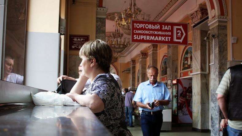 Na Białorusi możesz poczuć się jak milioner z wypchanym portfelem. I to dosłownie. A to z powodu kursu rubla białoruskiego. Ceny idą tu w miliony, a zera dwoją się w oczach - prawie jak w Polsce przed denominacją.