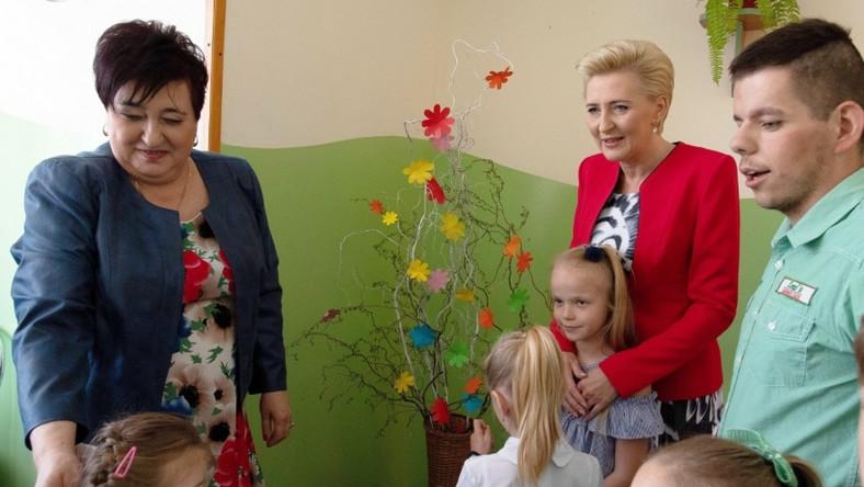 Pierwsza dama uczestniczyła dziś w obchodach 40-lecia domu dziecka w Dąbrowie Rusieckiej...