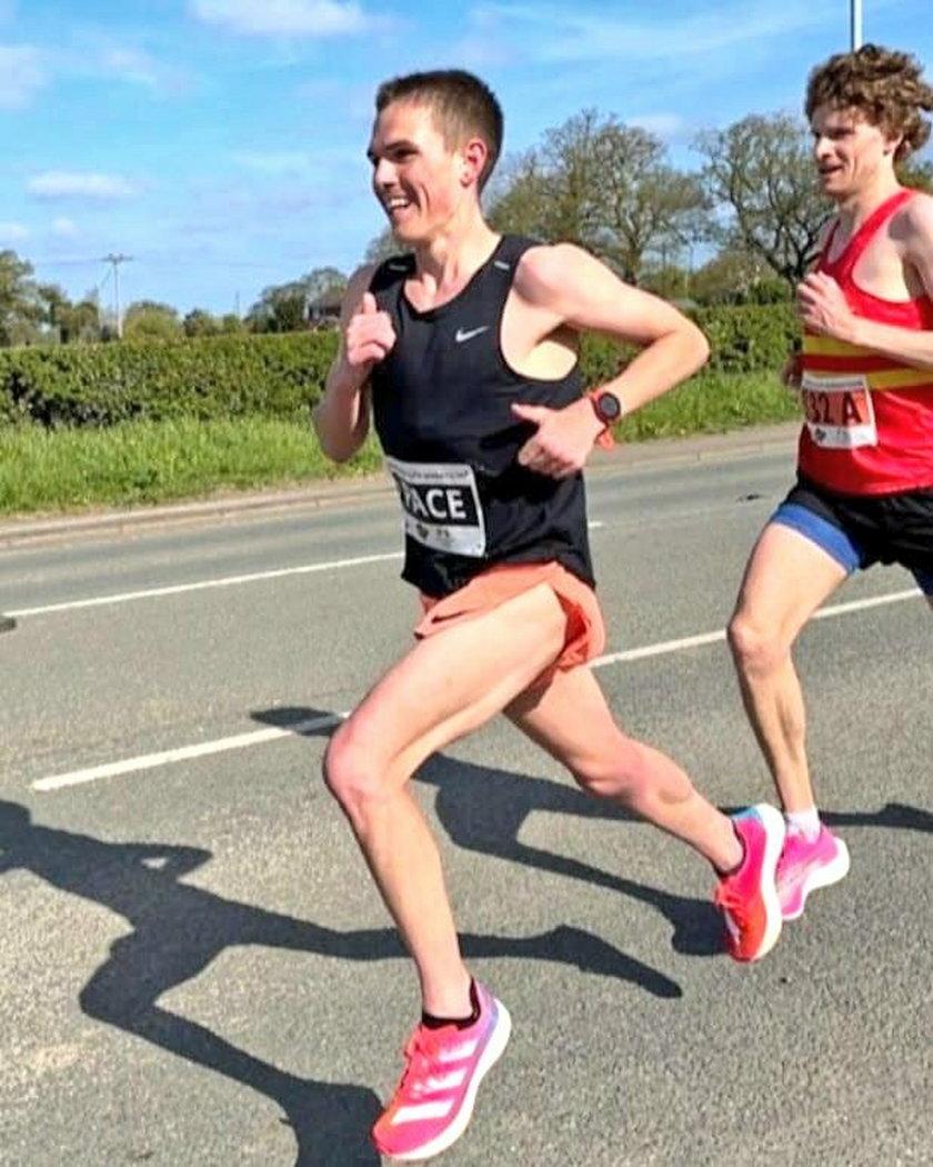 """Brytyjczyk Jake Smith (23 l.) miał być tylko """"zającem"""" – biegaczem dyktującym tempo dla gwiazd, który zejdzie z trasy przed metą w Cheshire Elite Marathon w Walii."""