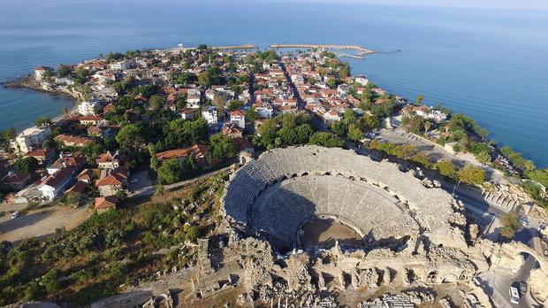 Widok z lotu ptaka na ruiny starożytnego miasta Side oraz amfiteatr