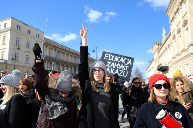 Protest Studenckiego Komitetu Antyfaszystowskiego w porozumieniu z Ogólnopolskim Strajkiem Kobiet przed siedzibą Domu Arcybiskupów Warszawskich
