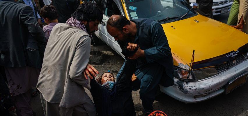 """Talibowie zaatakowali uciekinierów. """"Strzelali z broni automatycznej w powietrze. Czasem celowali w zgromadzonych mężczyzn, kobiety i dzieci"""""""