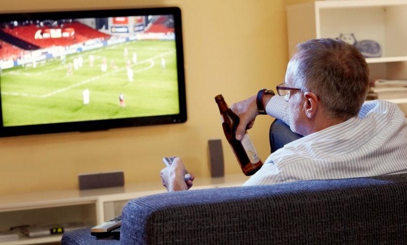 mężczyzna oglądający mecz