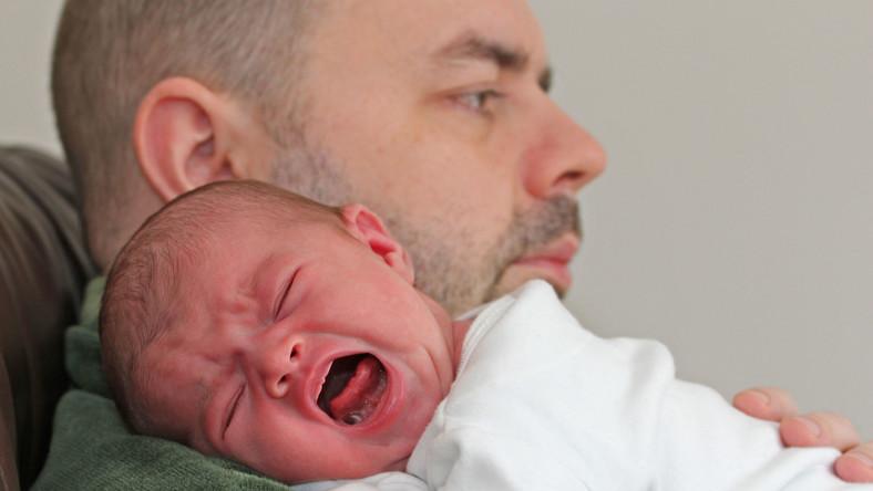 Mężczyzna nie słyszy płaczu dziecka?