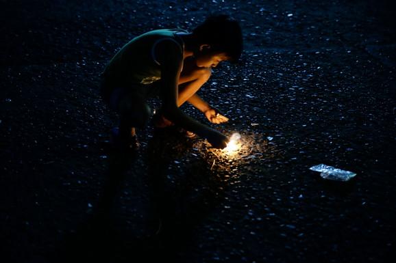 Dečak u Manili pali novogodišnji vatromet
