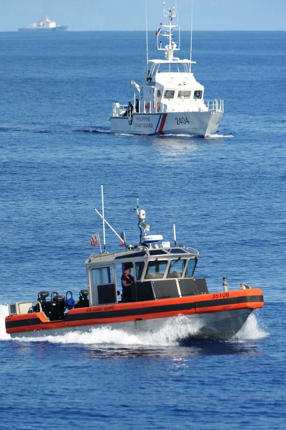 Kineska obalska straža nadgleda filipinski brod tokom zajedničkih manevara sa SAD