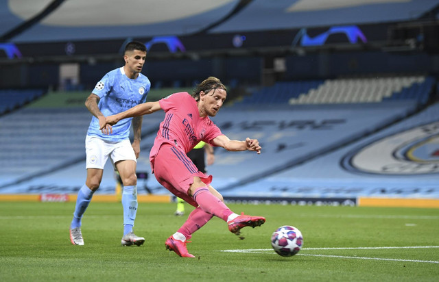 Luka Modrić šutira na meču Lige šampiona između Mančester sitija i Real Madrida