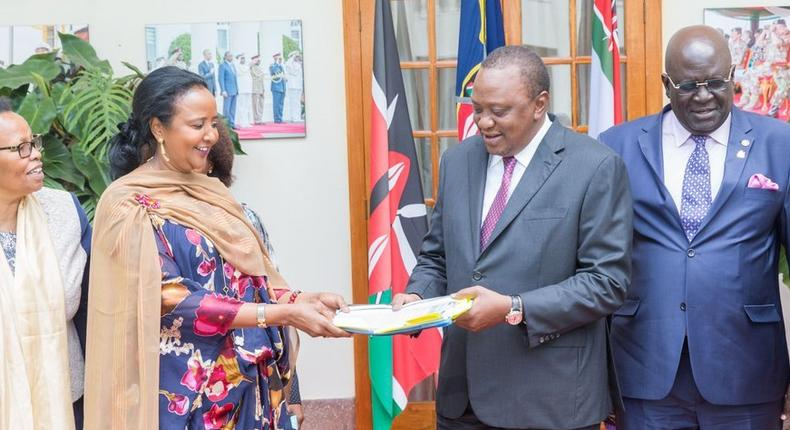 President Uhuru Kenyatta receives the results of the 2018 KCSE at State House (twitter)
