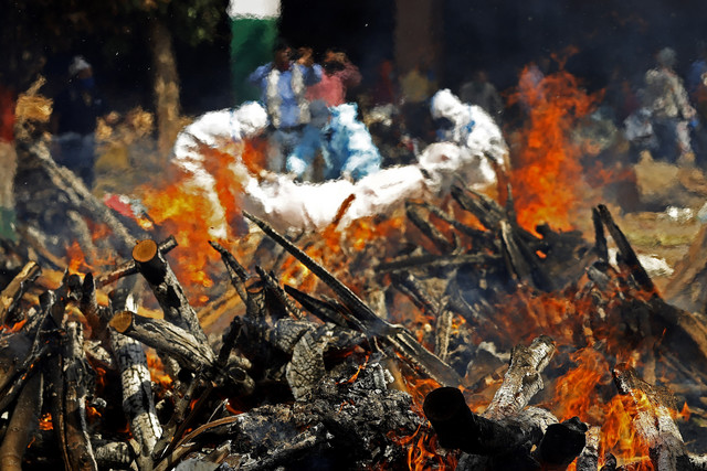 Kremacija žrtava kovida u Nju Delhiju