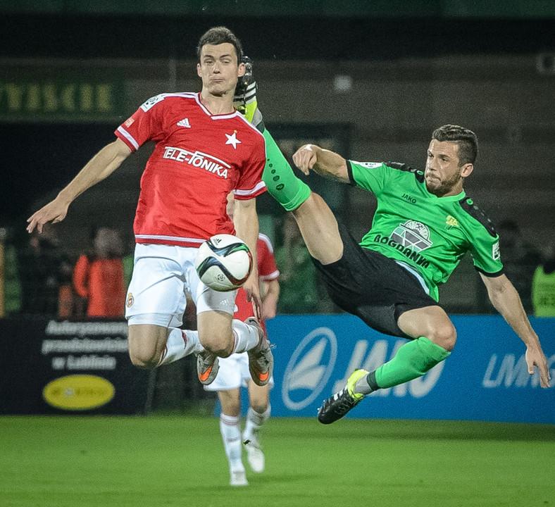 Grzegorz Piesio (P) z miejscowego Górnika i Krzysztof Mączyński (L) z Wisły Kraków w meczu T-Mobile Ekstraklasy, rozegranym w Łęcznej