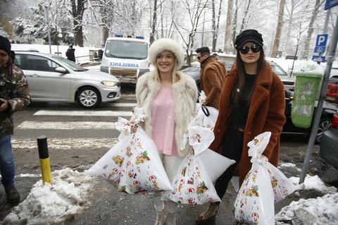 Kija Kockar i Milica Pavlović obradovale poklonima mališane na onkologiji (VIDEO)