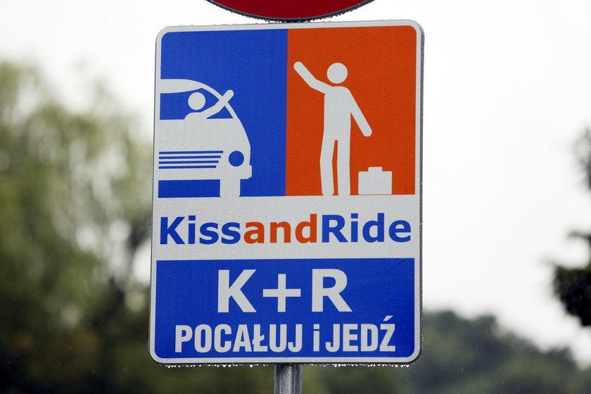 Chorzów. Centrum przesiadkowe i znak Kiss§Ride przy ul. Kościuszki