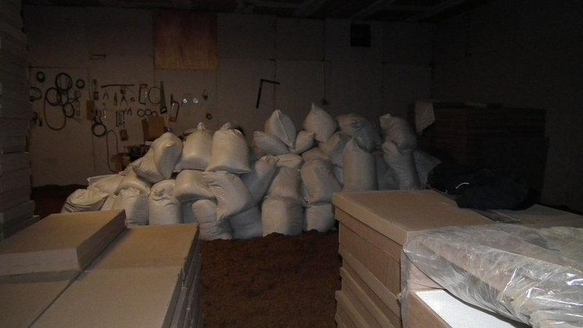 Policjanci zamknęli nielegalną fabrykę papierosów