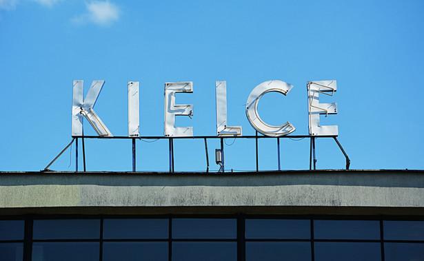 """Podczas konferencji prasowej przed kieleckim ratuszem Adamczyk poinformował, że w drugiej turze wyborów on oraz całe Stowarzyszenie """"Czas na Kielce"""" (które wraz z PSL wystawiło wspólną listę do rady miasta), udzielają poparcia Wencie."""