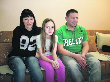 Sa dve i po godine prvi put počela da izlazi iz sveta tišine: Tamara Tešić sa majkom Draganom i ocem Dušanom