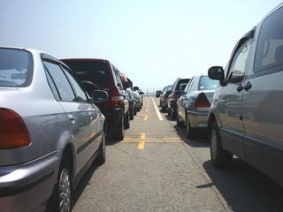 Przez lukę w prawie na parkingach wyrastają dzikie komisy samochodowe