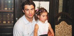 """Aktor """"Adama i Ewy"""" osierocił 6-letnią córkę. Wyrosła na piękną kobietę"""