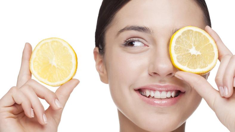 Cytryna ma właściwości antybakteryjne. Zwalcza infekcje i stany zapalne, a przy okazji oczyszcza zatkane pory. Rozcieńcz sok z cytryny z wodą – zwilż waciki i przemyj nimi twarz