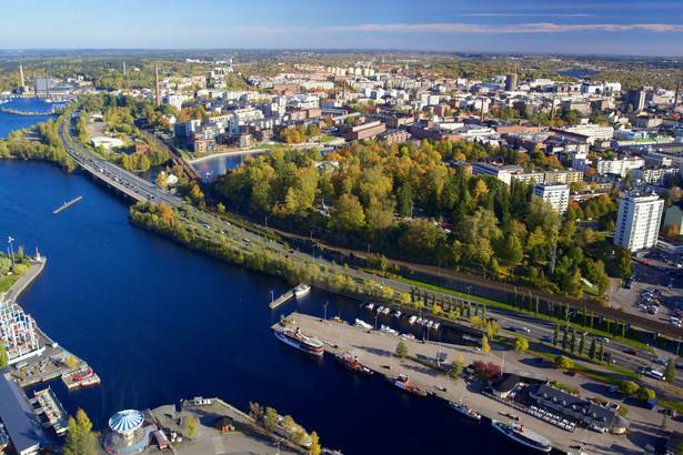 """Gwarancję, która jest najbardziej zbliżona do tej przedstawionej we wniosku Komisji w sprawie zalecenia Rady ze skutkiem w postaci uzyskania przez młodych ludzi oferty pracy, przyuczenia do zawodu, praktyki zawodowej lub dalszego kształcenia, można znaleźć w Finlandii. W oparciu o długotrwałe doświadczenie gwarancji dla młodzieży celem rządu fińskiego jest wzmocnienie kompleksowego i zapobiegawczego charakteru nowej gwarancji oraz połączenie elementów zatrudnienia i kształcenia. Gwarancja ta11 będzie wdrażana począwszy od początku 2013 r. i można ją streścić w następujący sposób: """"Każda młoda osoba poniżej 25 roku życia i świeży absolwenci poniżej 30 roku życia otrzymają ofertę pracy, przyuczenia do zawodu, zdobywania kwalifikacji w trakcie pracy, miejsca nauki lub okresu w warsztacie lub rehabilitacji w ciągu 3 miesięcy od początku okresu bezrobocia"""". """"Każdy absolwent szkoły będzie miał zagwarantowane miejsce w szkole ponadgimnazjalnej, miejsce kształcenia zawodowego lub szkolenia, przyuczenia do zawodu, miejsce"""