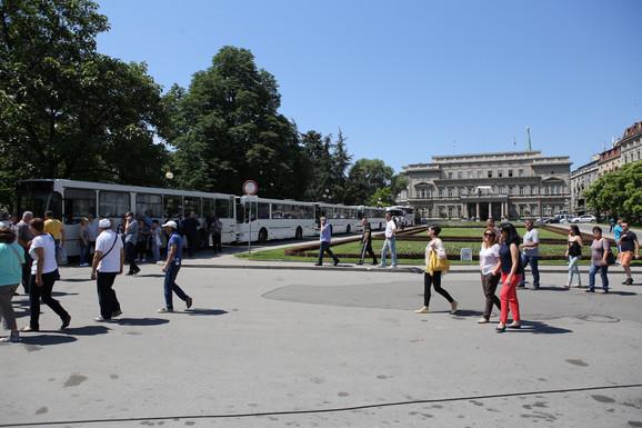 Autobusi ispred Starog dvora