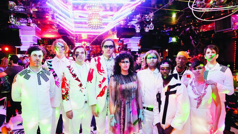 """Kapela z Montrealu prawdopodobnie nigdy nie wyda już """"zwyczajnej"""" płyty. Każdemu ich krążkowi towarzyszy ogromna otoczka promocyjno-medialna gwiazdy, a sami muzycy tworzą kolejny patetyczny muzyczno-liryczny spektakl"""