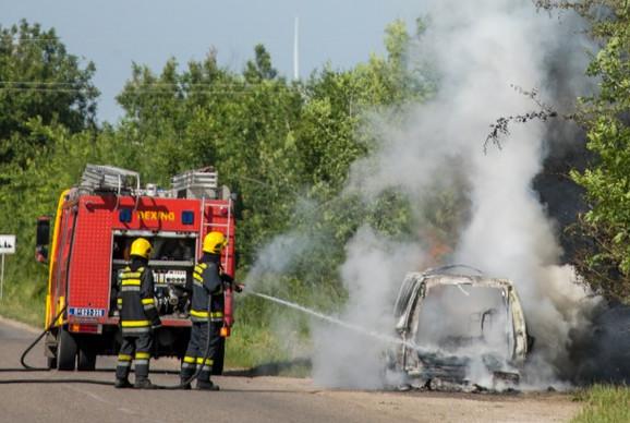 Automobil je potpuno izgoreo