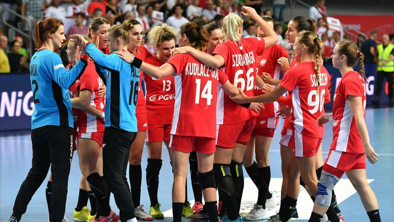Polki cieszą się ze zwycięstwa po meczu eliminacyjnym mistrzostw świata piłkarek ręcznych z Serbią