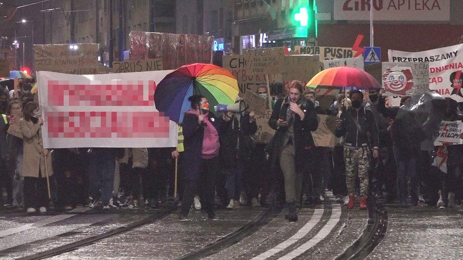 Strajk Kobiet w Gorzowie. Monika Drubkowska z tęczową parasolką i megafonem