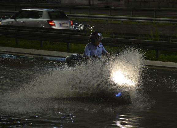 Juče je poplavljen i deo autoputa na Nobvom Beogradu