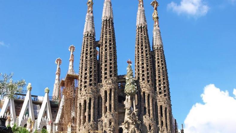 Kto nie zobaczył Sagrady Familii,nie zobaczył Barcelony. Jeden z najbardziej monumentalnych i tajemniczych kościołów świata od ponad stu lat jest placem budowy i jednocześnie wizytówką stolicy Katalonii. To dzieło życia genialnego barcelońskiego architekta Antoniego Gaudiego, który zaprojektował ją jako świątynię idealną. Za jego życia udało się jednak ukończyć tylko jedną z trzech części. Ważne dla turystów: bilety lepiej kupić przez internet - jest taniej, a poza tym unikamy stania w bardzo długich kolejkach do wejścia. Cena: niecałe 15 euro za wstęp do samej bazyliki, 4,50 euro więcej za bilet z opcją wejścia na wieżę.