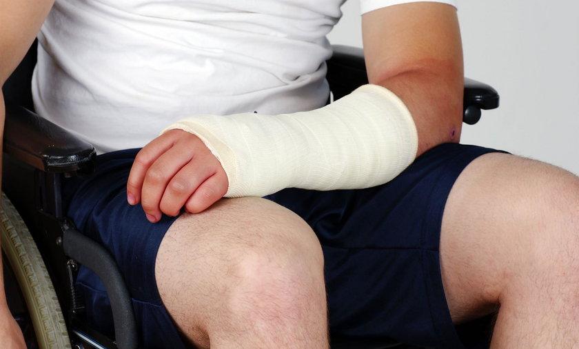 49-latek szukając pracy, złamał ręce