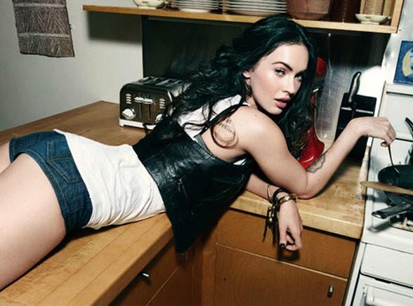 Megan Fox rozkłada nogi w kuchni