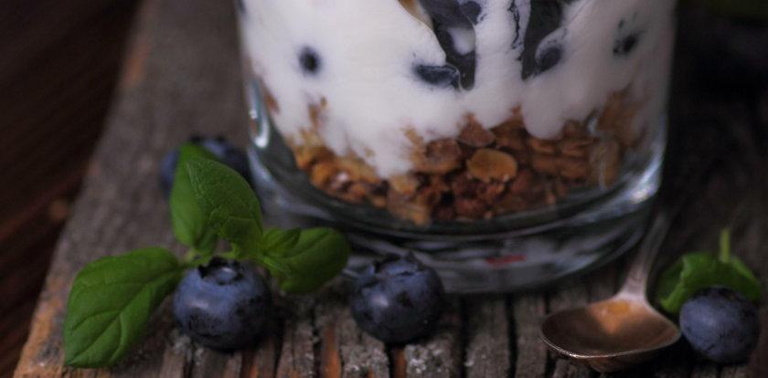 Jagody. Przepis na deser z jagodami, mascarpone i jogurtem
