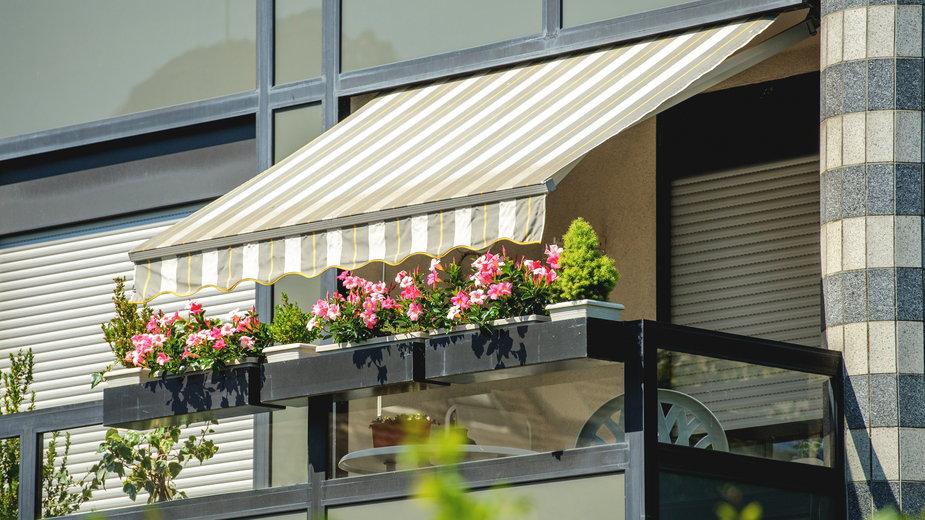 Markiza to popularne rozwiązanie pozwalające na uzyskanie cienia na balkonie - ifeelstock/stock.adobe.com