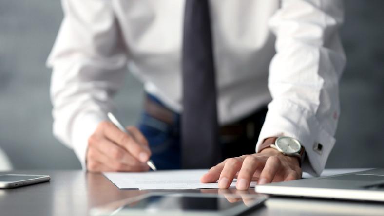 dokument podpis praca pracodawca pracownik / fot. Shutterstock
